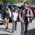 """""""LeAnn Rimes, moulée dans un mini short, et Eddie Cibrian vont assister au match de baseball de Jake, le fils d'Eddie, à Los Angeles, le 23 mars 2013. Le second fils d'Eddie, Mason, est également présent pour encourager son frère."""""""