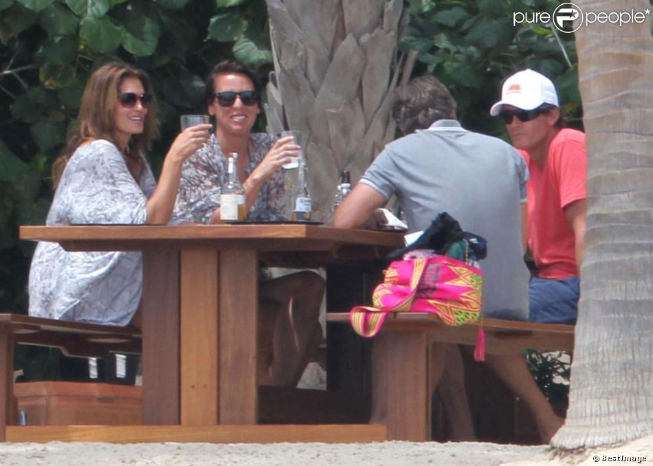 Exclusif - Eau, bière et tequila : Cindy Crawford et son mari Rande Gerber, surpris en plein apéro avec un couple d'amis, s'en donnent à coeur joie en ce week-end de Pâques. Cabo San Lucas, le 30 mars 2013.