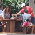 Exclusif - Cindy Crawford, son mari Rande Gerber et un couple d'amis prennent l'apéro à Cabo San Lucas. Le 30 mars 2013.