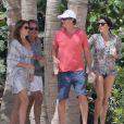 Exclusif - Le top model Cindy Crawford et son mari Rande Gerber, surpris en plein apéro avec un couple d'amis, profitent de leur week-end de Pâques à Cabo San Lucas. Le 30 mars 2013.