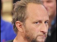 Benoît Poelvoorde : Attaqué et menacé par un lancer de béquille sur un tournage