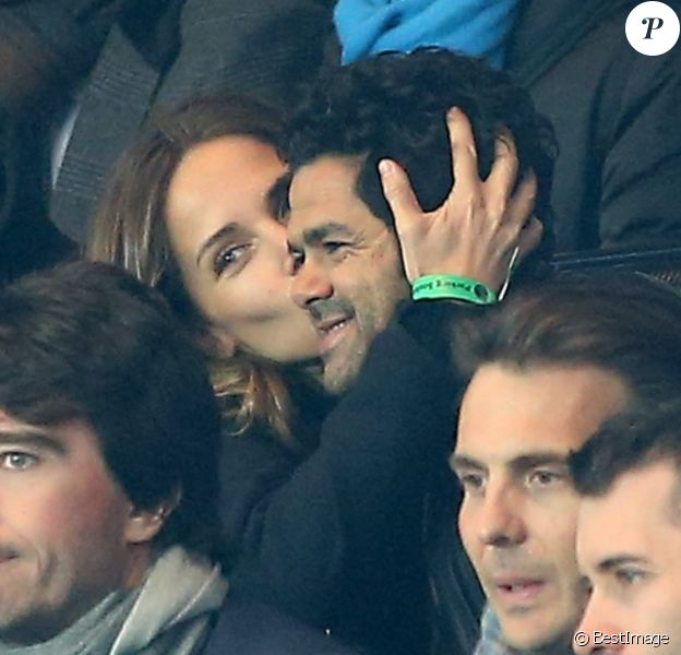 MélissaTheuriau et Jamel Debbouze tendres amoureux et supporters lors du quart de finale aller de la Ligue des champions entre le Paris Saint-Germain et le FC Barcelone au Parc des Princes, le 2 avril 2013.
