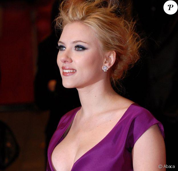 Pulpeuse et divine poupée hollywoodienne, Scarlett Johansson lors du fesitval de Berlin, le 15 février 2008.