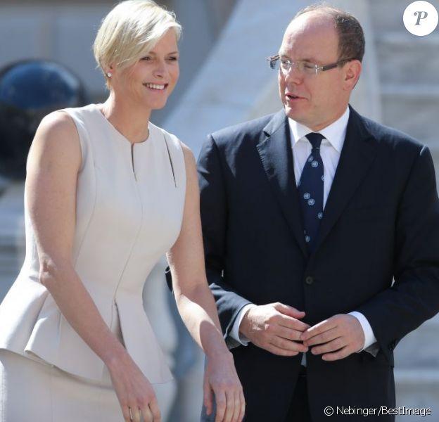 Le prince Albert II et la princesse Charlene de Monaco lors de la réception du Secrétaire général des Nations unies Ban Ki-moon et son épouse Soon-taek dans la cour d'honneur du palais princier, le 3 avril 2013.