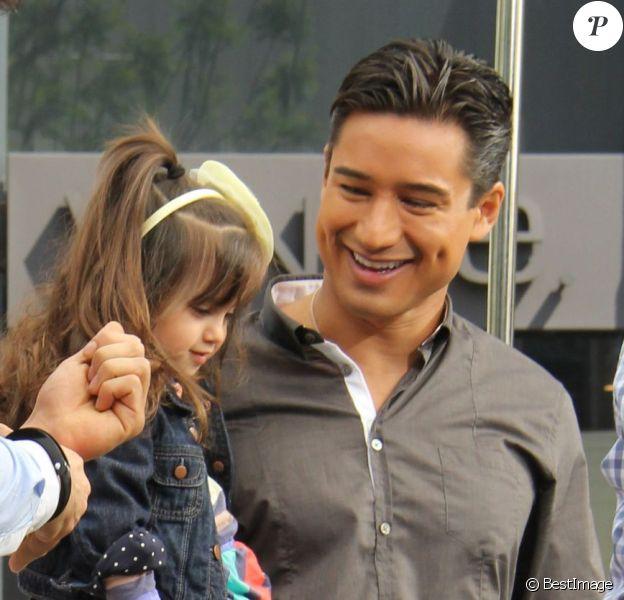 Exclusif - Mario Lopez a recu la visite de sa femme, enceinte, Courtney Mazza et leur fille Gia, sur le plateau de l'émission Extra au centre commercial The Grove à Los Angeles, le 12 Avril 2013.