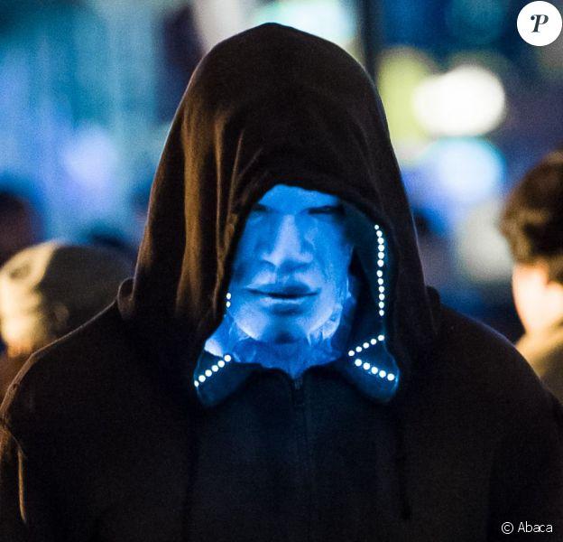 Jamie Foxx est méconnaissable dans le costume d'Electro sur le tournage de The Amazing Spider-Man 2 à Times Square, New York, le 15 avril 2013.