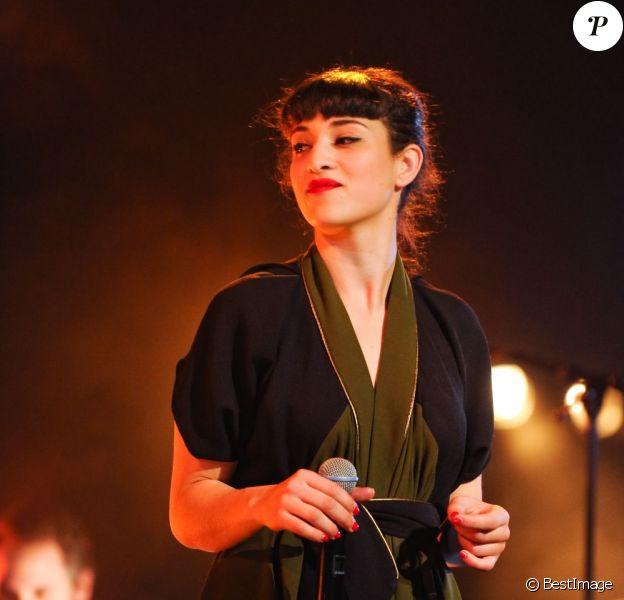 La jeune chanteuse Camelia Jordana - Concert au Magic Mirror à la Defense dans le cadre du Festival Chorus, le 15 avril 2013.