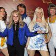 Bonnie Tyler devant les statues de cire du groupe ABBA, inaugurées au Musée Tussaud's à Berlin, le 20 avril 2013.