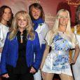 Bonnie Tyler prend la pose devant les statues de cire du groupe ABBA, inaugurées au Musée Tussaud's à Berlin, le 20 avril 2013.