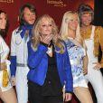 Bonnie Tyler pose devant les statues de cire du groupe ABBA au musée de Madame Tussauds à Berlin, le 20 avril 201.