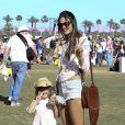 Alessandra Ambrosio et sa fille Anja vivent l'expérience Coachella jusqu'à son terme en assistant au jour de clôture du festival. Indio, le 21 avril 2013.