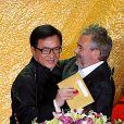 Luc Besson accueille la star hong-kongaise Jackie Chan à la cérémonie d'awards du Beijing Film Festival, le 23 avril 2013.