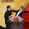 Luc Besson détendu au côté de Jackie Chan à la cérémonie d'awards du Beijing Film Festival, le 23 avril 2013.