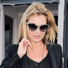 Kate Moss, ultra chic en noir avec des lunettes Stella McCartney, un sac Balenciaga et des bottines Isabel Marant, quitte le bar The Earl of Portobello. Londres, le 25 avril 2013.
