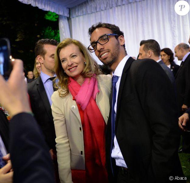 Valérie Trierweiler prend la pose avec les Français de Chine lors d'une soirée organisée au consulat français de Shanghai le 26 avril 2013, en conclusion de la visite officielle de François Hollande en Chine