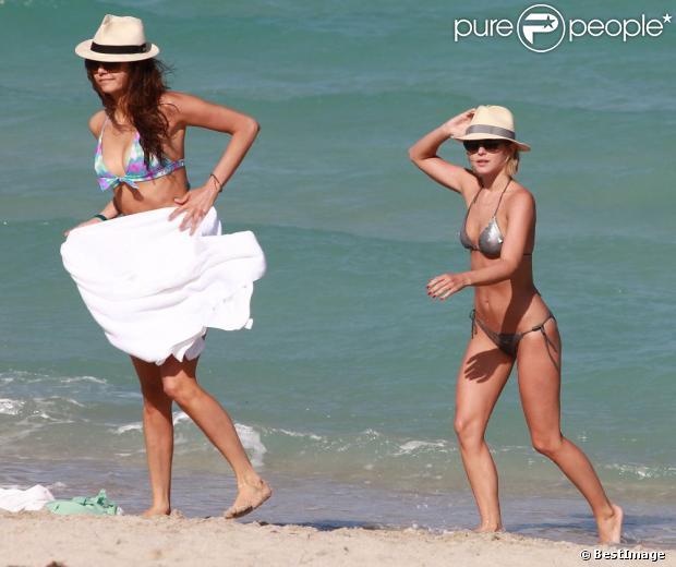 Julianne Hough et Nina Dobrev profitent de la vie en vacances à Miami, le 26 avril 2013.