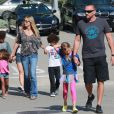 Heidi Klum, ses enfants Leni, Henry, Johan et Lou, son petit ami Martin Kirsten et sa mère Erna vont déjeuner au restaurant à Santa Monica, le 28 avril 2013.