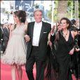 Anouchka Delon et Claudia Cardinale entourent Alain Delon lors du Festival de Cannes 2010