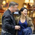 Exclusif - Alec Baldwin sur le tournage de  30 Rock  avec sa femme Hilaria, enceinte, le 6 mai 2013 à New York. Sa fille, Ireland Baldwin, leur a rendu visite.