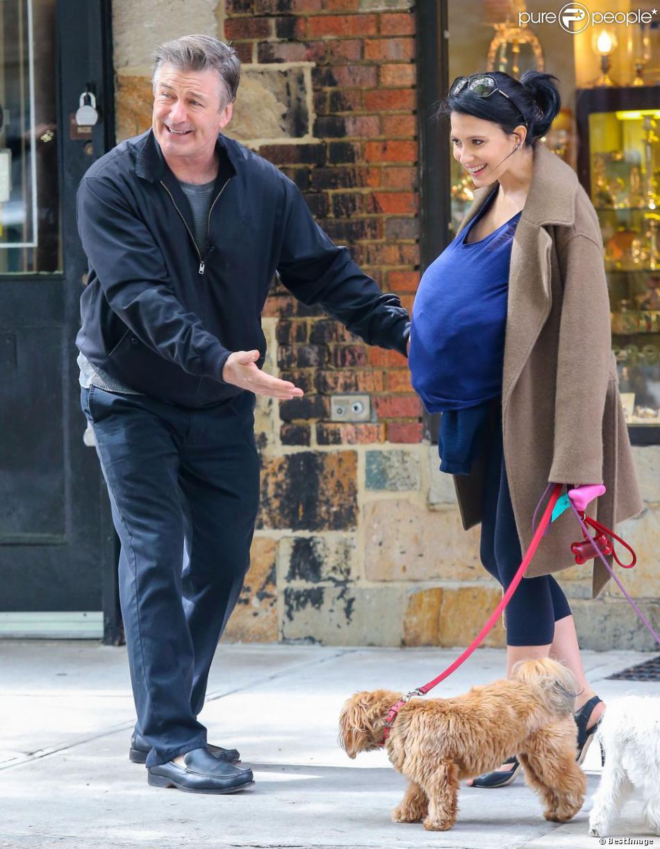Exclusif - Alec Baldwin sur le tournage de  30 Rock  en compagnie de sa femme Hilaria, enceinte, le 6 mai 2013 à New York. Sa fille, Ireland Baldwin, leur a rendu visite.