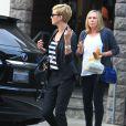 Charlize Theron, passablement énervée à la sortie d'un restaurant avec sa mère Gerda, à Los Angeles, le 5 mai 2013.
