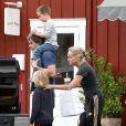 Sharon Stone et ses fils Laird et Quinn avec un mystérieux inconnu à Brentwood, le 5 mai 2013.