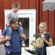 Sharon Stone et ses fils Laird et Quinn au côté d'un mystérieux inconnu à Brentwood, le 5 mai 2013.