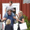 Sharon Stone et ses fils Laird et Quinn complices avec un mystérieux inconnu à Brentwood, le 5 mai 2013.