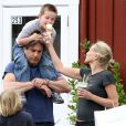 Sharon Stone et ses fils Laird et Quinn mangent des glaces avec un mystérieux inconnu à Brentwood, le 5 mai 2013.