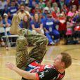 Le prince Harry participe à un match de volley-ball handisport lors des Warrior Games, le 11 mai 2013 à Colorado Springs.