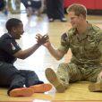 Le prince Harry rencontrant le staff lors des Warrior Games, le 11 mai 2013 à Colorado Springs.