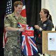 Le prince Harry s'est vu offrir par la beach-volleyeuse Misty May Treanor des équipements personnalisés lors de l'ouverture des Warrior Games, le 11 mai 2013 à Colorado Springs