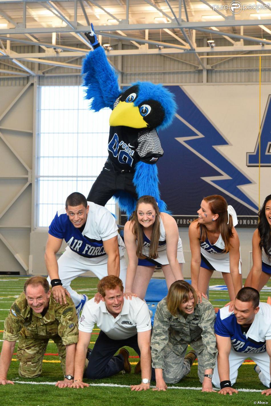 Le prince Harry participant à une pyramide de cheerleaders au centre d'entraînement des Falcons de l'Académie militaire de l'US Air Force à Colorado Springs le 12 mai 2013