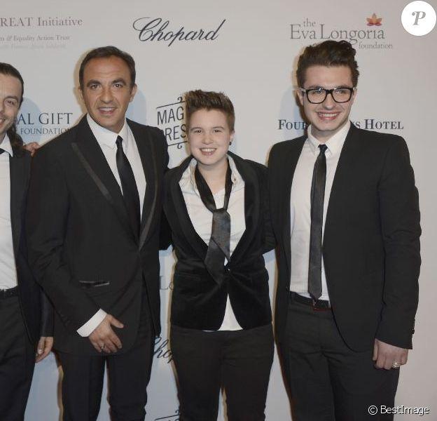 Les quatre finalistes heureux de The Voice 2, Nuno Resende, Olympe, Loïs et Yoann Fréget aux côtés de Nikos Aliagas, lors du Global Gift Gala à l'initiative d'Eva Longoria, à l'hôtel George V à Paris, le 13 mai 2013