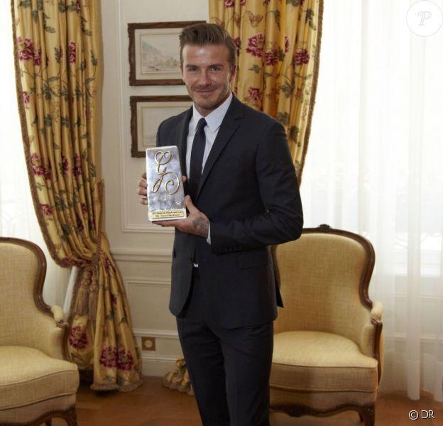 David Beckham avec son prix Philantropist décerné à l'occasion du Global Gift Gala qui se tenait au George V à Paris, le 13 mai 2013