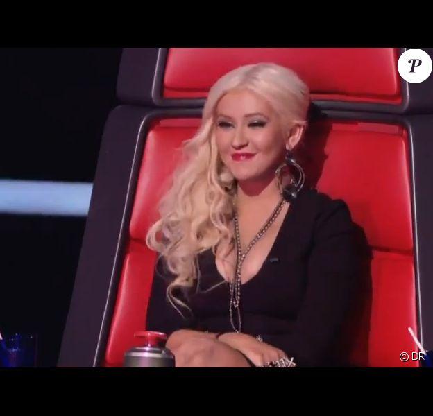Christina Aguilera buzze et découvre le visage de Sera Hill, dans The Voice, sur NBC, le 27 février 2012.
