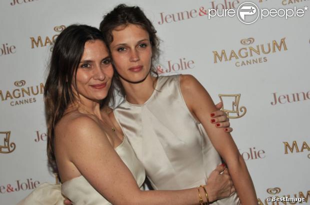 Géraldine Pailhas et Marine Vacth lors de la soirée du film Jeune et Jolie sur la plage Magnum à Cannes le 16 mai 2013.