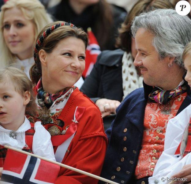 Un regard et un sourire qui en disent long... La princesse Märtha-Louise de Norvège et son époux Ari Behn, avec leurs trois filles Maud Angelica, Leah Isadora et Emma Tallulah, célébraient le 17 mai 2013 la Fête nationale norvégienne... à Londres.