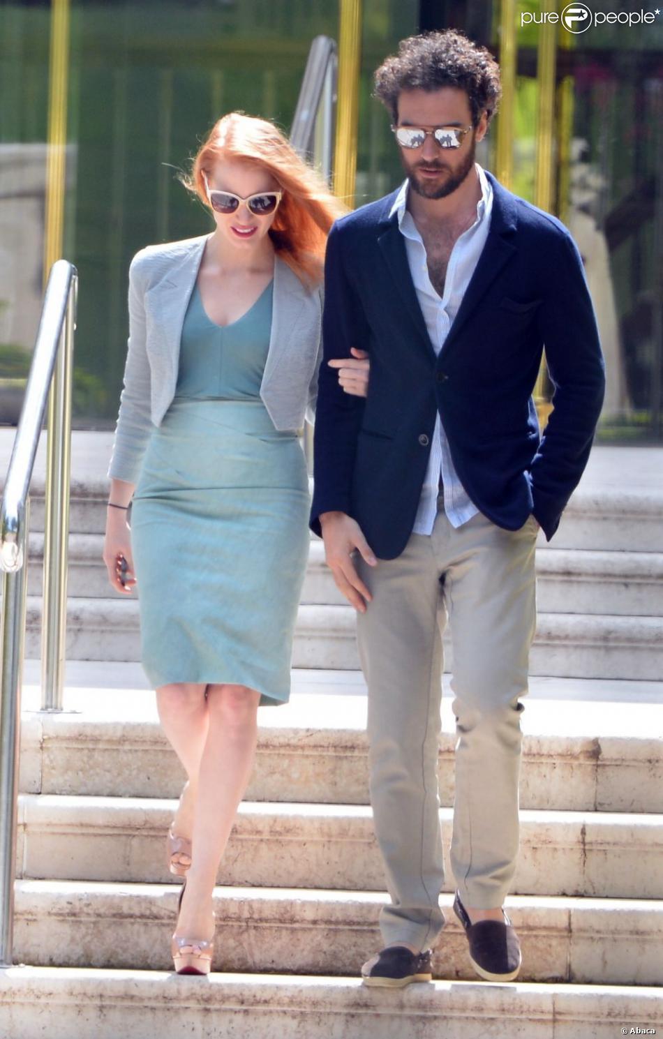 Jessica Chastain et son petit ami Gian Luca Passi sortent de l'Hôtel Cap-Eden-Roc à Antibes lors du 66e Festival du film de Cannes, le 19 mai 2013.
