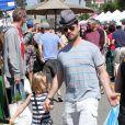 Jason Priestley avec ses enfants Dashiell et Ava au Farmers Market à Studio City, le 19 mai 2013.