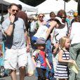 Jason Priestley en compagnie de ses enfants Dashiell et Ava au Farmers Market à Studio City, le 19 mai 2013.