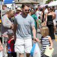Jason Priestley emmène ses enfants Dashiell et Ava au Farmers Market à Studio City, le 19 mai 2013.