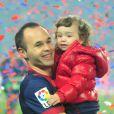 Andres Iniesta et sa fille Valeriaau Camp Nou lors des célébrations du titre de champion d'Espagne du FC Barcelone le 19 mai 2013.