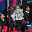 Eric Abidal et ses trois fillesau Camp Nou lors des célébrations du titre de champion d'Espagne du FC Barcelone le 19 mai 2013.