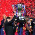 Tito Vilanova et Eric Abidal du FC Barcelone soulèvent le trophée de champion d'Espagne au Camp Nou le 19 mai 2013.
