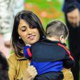 Antonella Rocuzzo, la compagne de Lionel Messi, et leur fils Thiagoau Camp Nou lors des célébrations du titre de champion d'Espagne du FC Barcelone le 19 mai 2013.