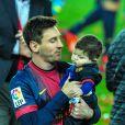 Lionel Messi et son fils Thiago au Camp Nou lors des célébrations du titre de champion d'Espagne du FC Barcelone le 19 mai 2013.
