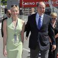 Le Prince Albert II de Monaco et la Princesse Charlene rendent visite aux membres de la Croix Rouge qui sont sur le circuit du Grand Prix de Formule 1 de Monaco - Le 23 mai 2013