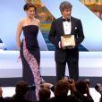 Laetitia Casta et le réalisateur Alexander Payne lors de la cérémonie de clôture et la remise des prix du Festival de Cannes le 26 mai 2013