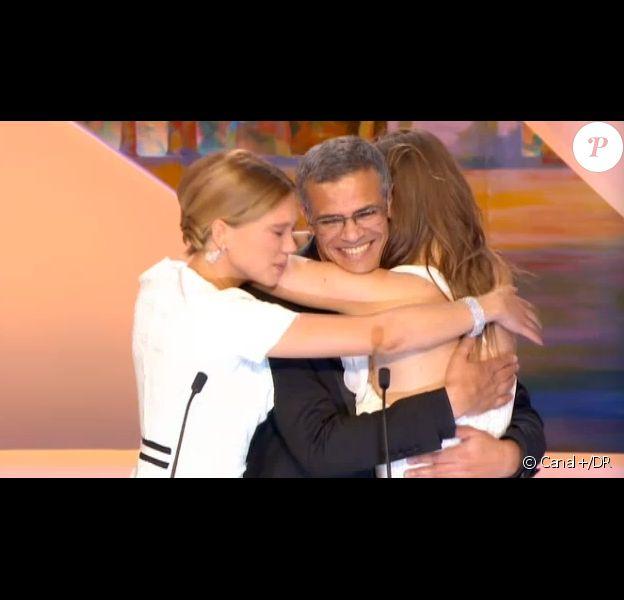 Le réalisateur Abdellatif Kechiche et ses actrices Léa Seydoux et Adèle Exarchopoulos dans La Vie d'Adèle, Palme d'or, lors de la cérémonie de clôture et la remise des prix du Festival de Cannes le 26 mai 2013